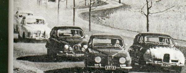 Väinölänniemen TT-ajot 1965? Etummainen Saab saattaisi olla Simo Lampinen ajamassa voittoon kyseisenä vuonna, vaikka rekisterikilven numero-osasta onkin hankala saada selvää. Kuukautta aiemmin Simo kuitenkin ajoi Artukaisten Sadan auton ajoissa rekisterinumerolla ATI-3 kakkoseksi.